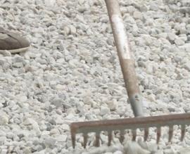 Grind schoonmaken en groene aanslag verwijderen, hoe doe ik dat?