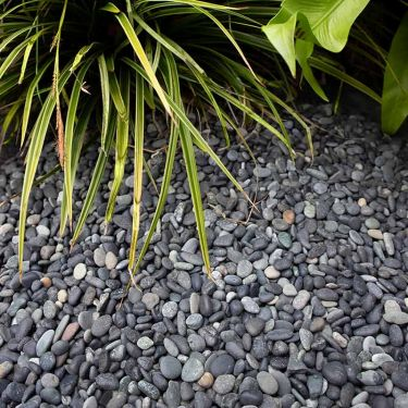 Beach pebbles zwart 5 - 8mm aangelegd tuin