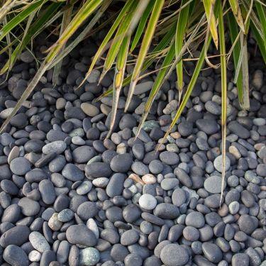 Beach pebbles zwart 8 - 16mm aangelegd tuin