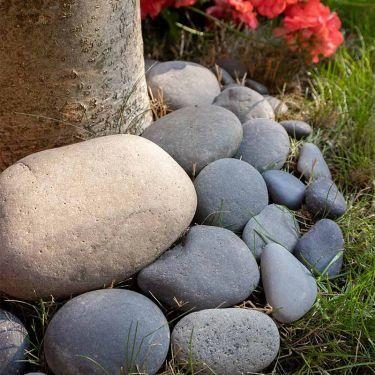 Beach pebbles zwart 30 - 60mm (3 - 6cm) aangelegd