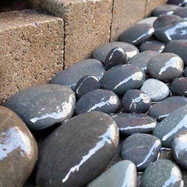 Beach pebbles zwart 30 - 60mm (3 - 6cm) aangelegd (nat)