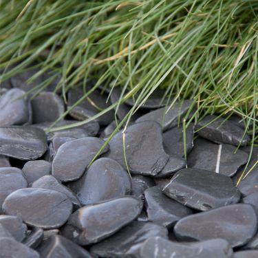 Flat pebbles zwart 30 - 60mm aangelegd