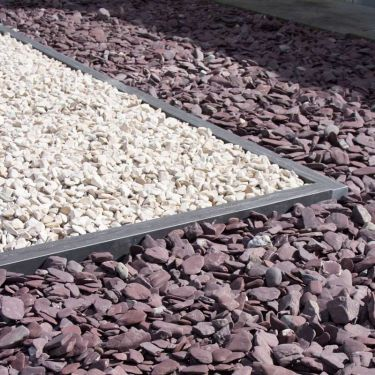 Flat Pebbles paars aangelegd in siertuin (met Cordoba grind gecombineerd)