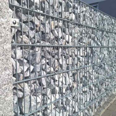 icy blue breuksteen 60 - 100 in schanskorf verwerkt
