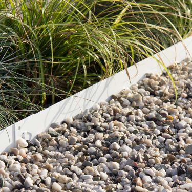 Witte grind aangelegd met een witte multi-edge afboording