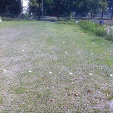 parkeerterrein met grasplaten in aanleg